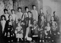 Kwong Sue Duk with his three wives and fourteen children, Cairns, 1904